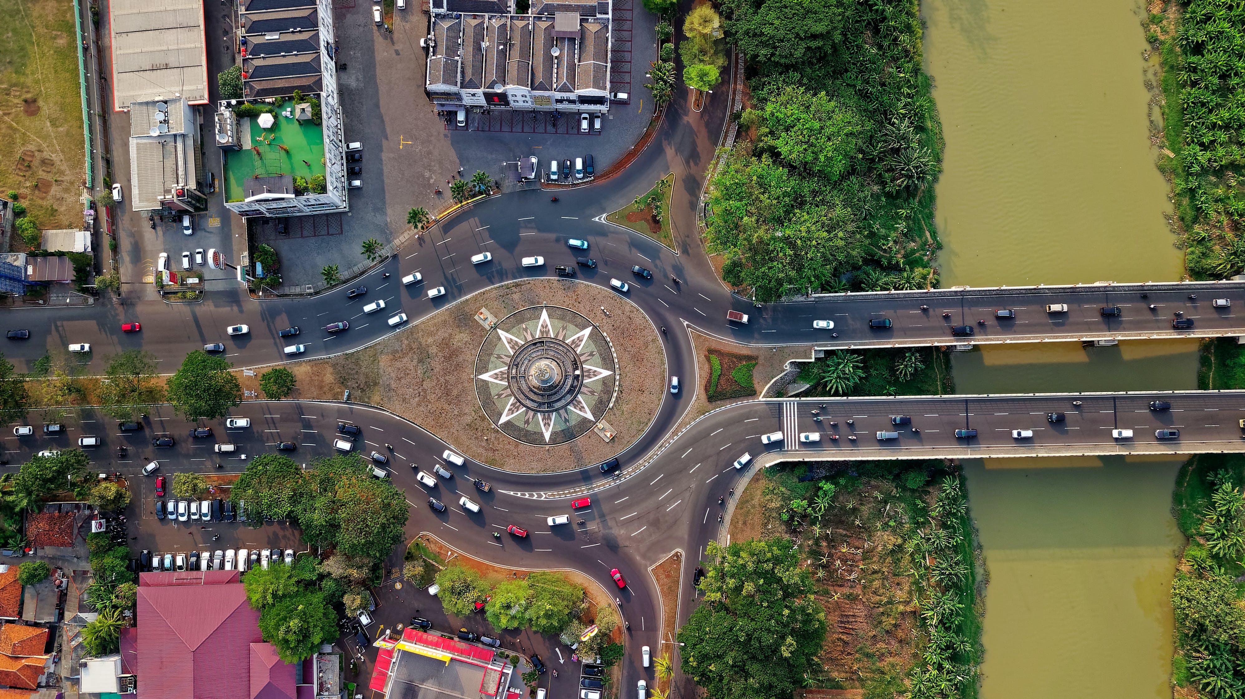 Gratis lagerfoto af arkitektur, biler, bro, by