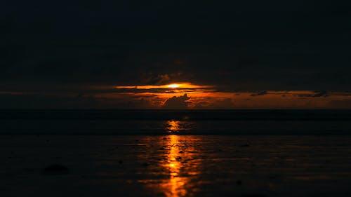 Ilmainen kuvapankkikuva tunnisteilla auringonlasku, auringonvalo, hiekkaranta, pilvet