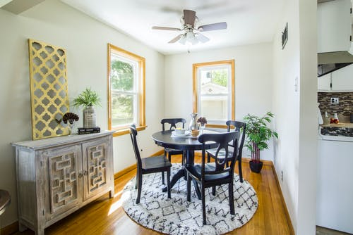Foto profissional grátis de apartamento, armário, arquitetura, cadeiras