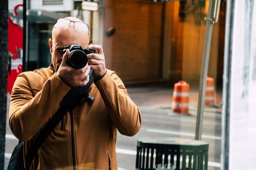 Foto stok gratis kamera, laki-laki, lensa, mengambil foto