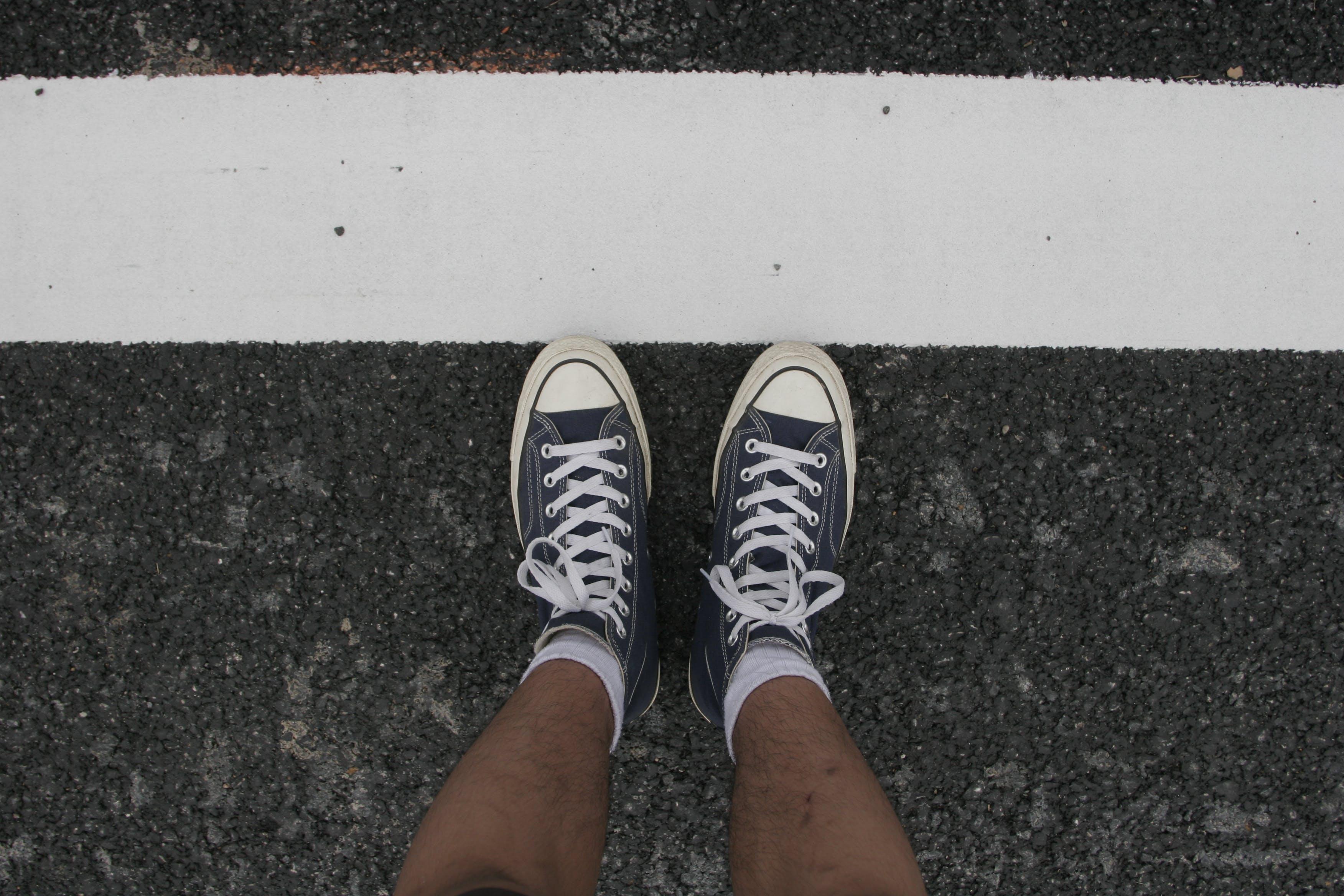 Gratis lagerfoto af asfalt, fodtøj, gummisko, kø