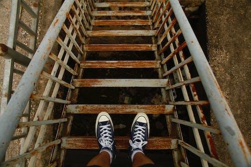 Foto profissional grátis de calçados, corrimãos, degraus, escadaria