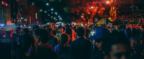 Darmowe zdjęcie z galerii z chodzący ludzie, fotografia uliczna, ludzie, noc