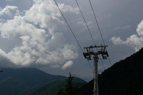 Ilmainen kuvapankkikuva tunnisteilla köysirata, pilvinen taivas, vuoret