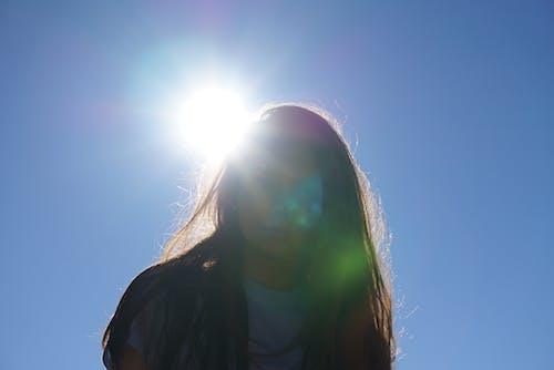 Gratis lagerfoto af bagbelyst, blå himmel, farverig, hår