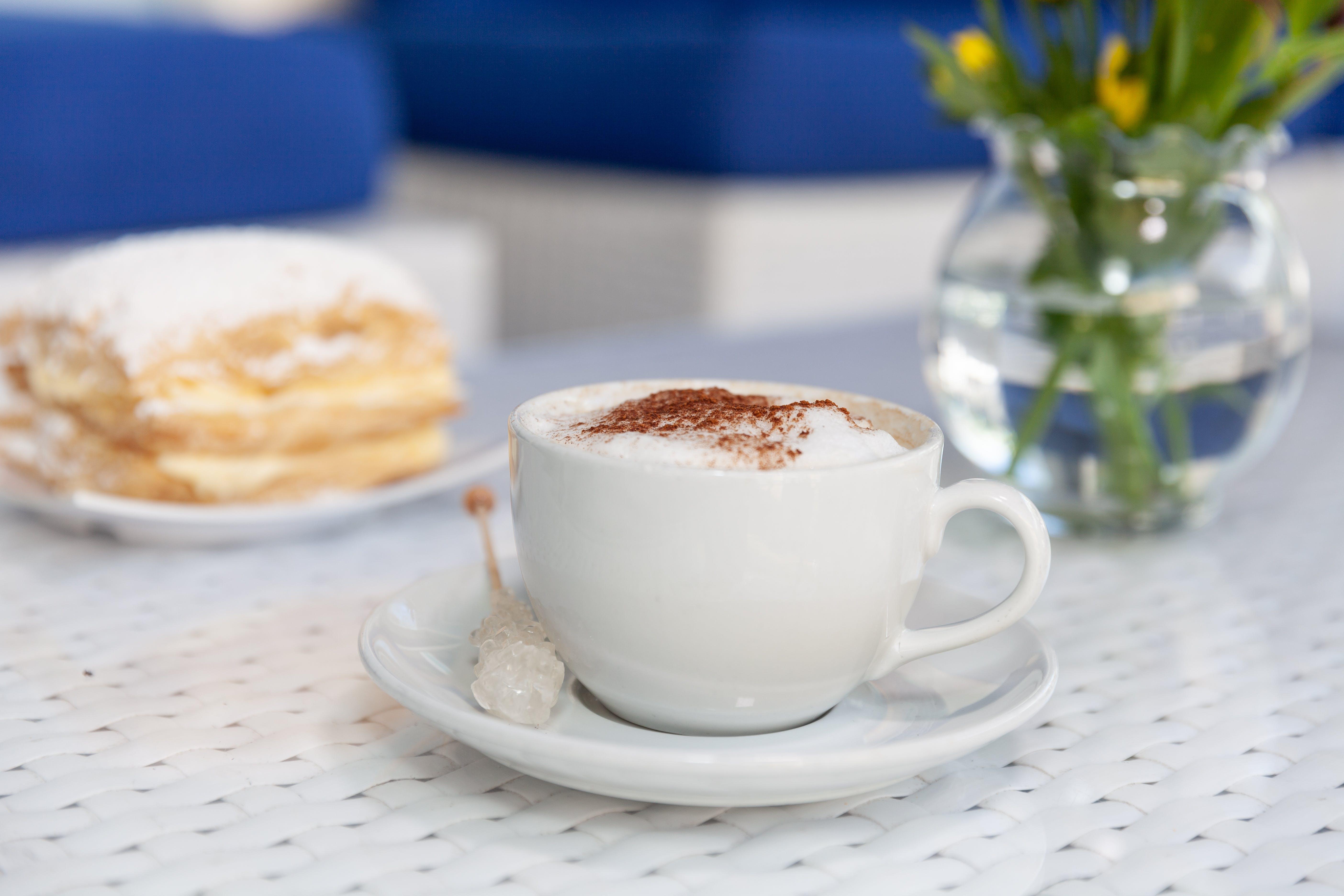 Kostenloses Stock Foto zu baklava, becher, cappuccino, espresso