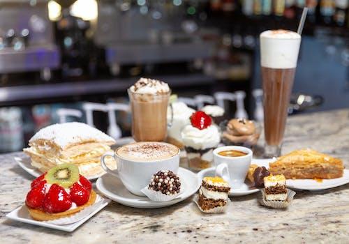 Gratis lagerfoto af bakalava, cappuccino, expresso, is kaffe