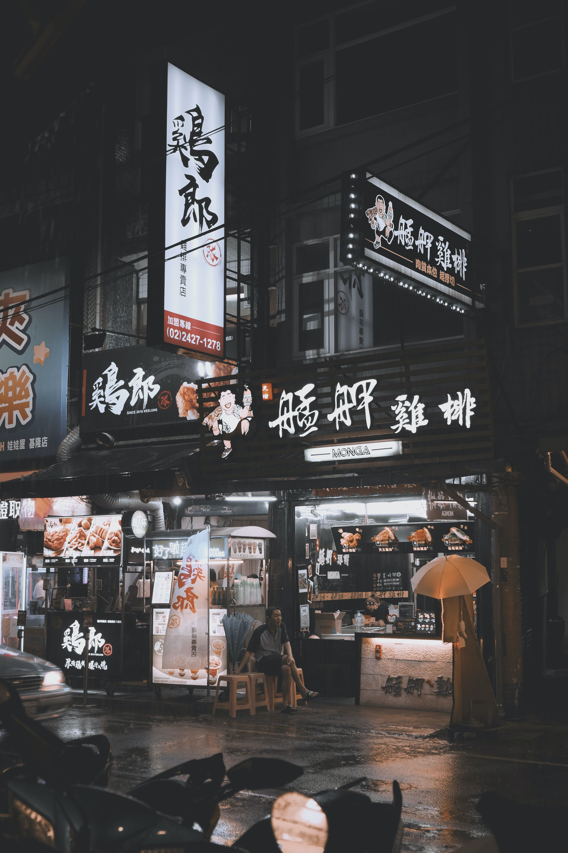 Foto d'estoc gratuïta de adult, botigues, carrer, carretera