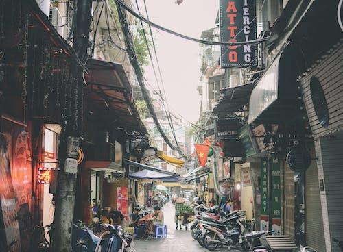 binalar, dükkanlar, gün ışığı, hayat içeren Ücretsiz stok fotoğraf