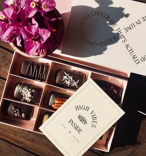 Boîte De Chocolats à Côté De L'arrangement Floral De Bougainvilliers