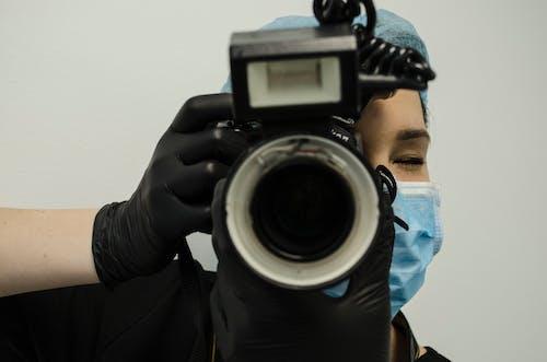 Immagine gratuita di dottore facendo una foto, macchina fotografica analogica, scattare una foto