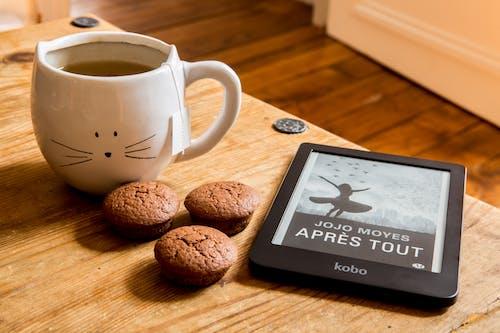 cappuccino, çikolatalı muffin, e-okuyucu, espresso içeren Ücretsiz stok fotoğraf