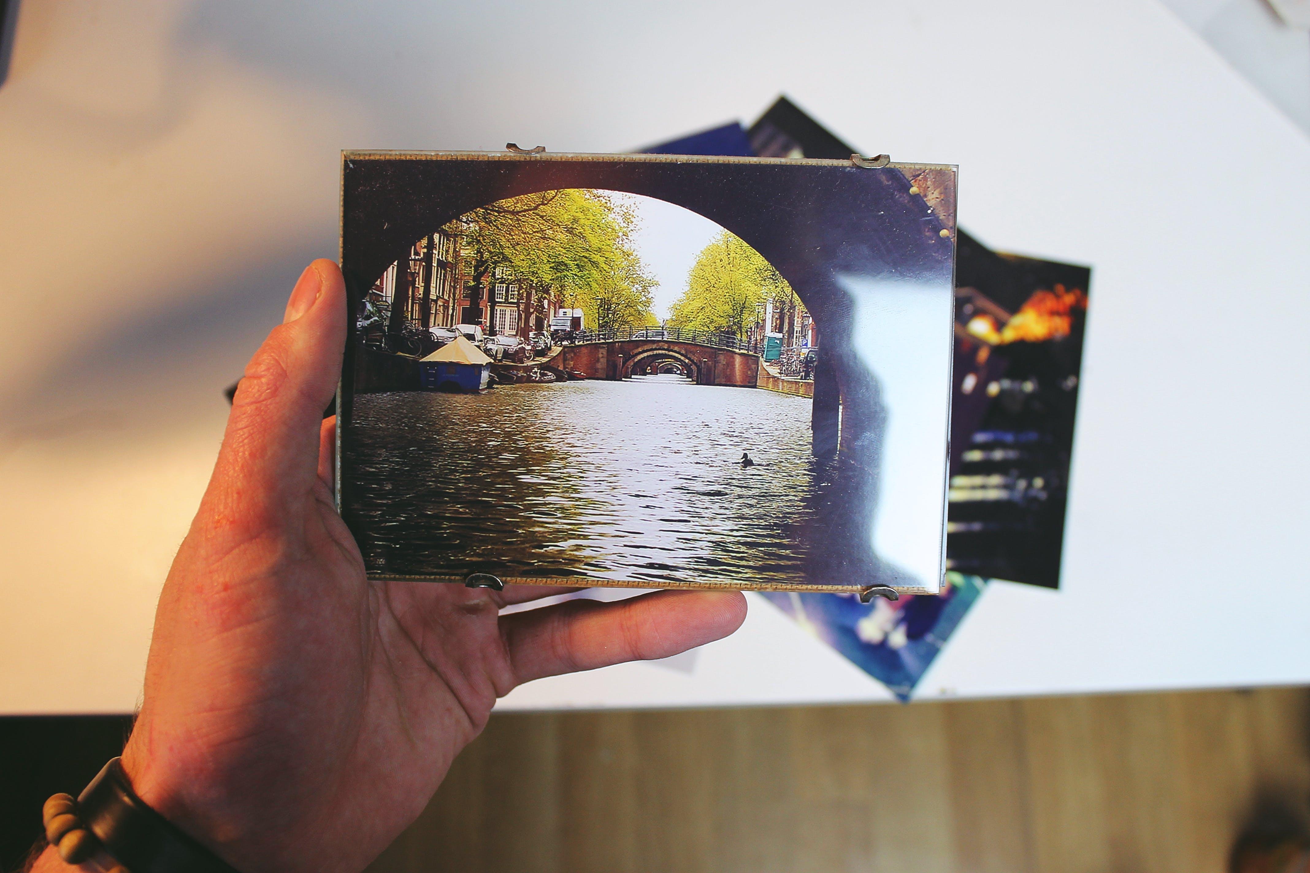 Kostenloses Stock Foto zu aufnehmen von fotos, bilderrahmen, festhalten, fotos