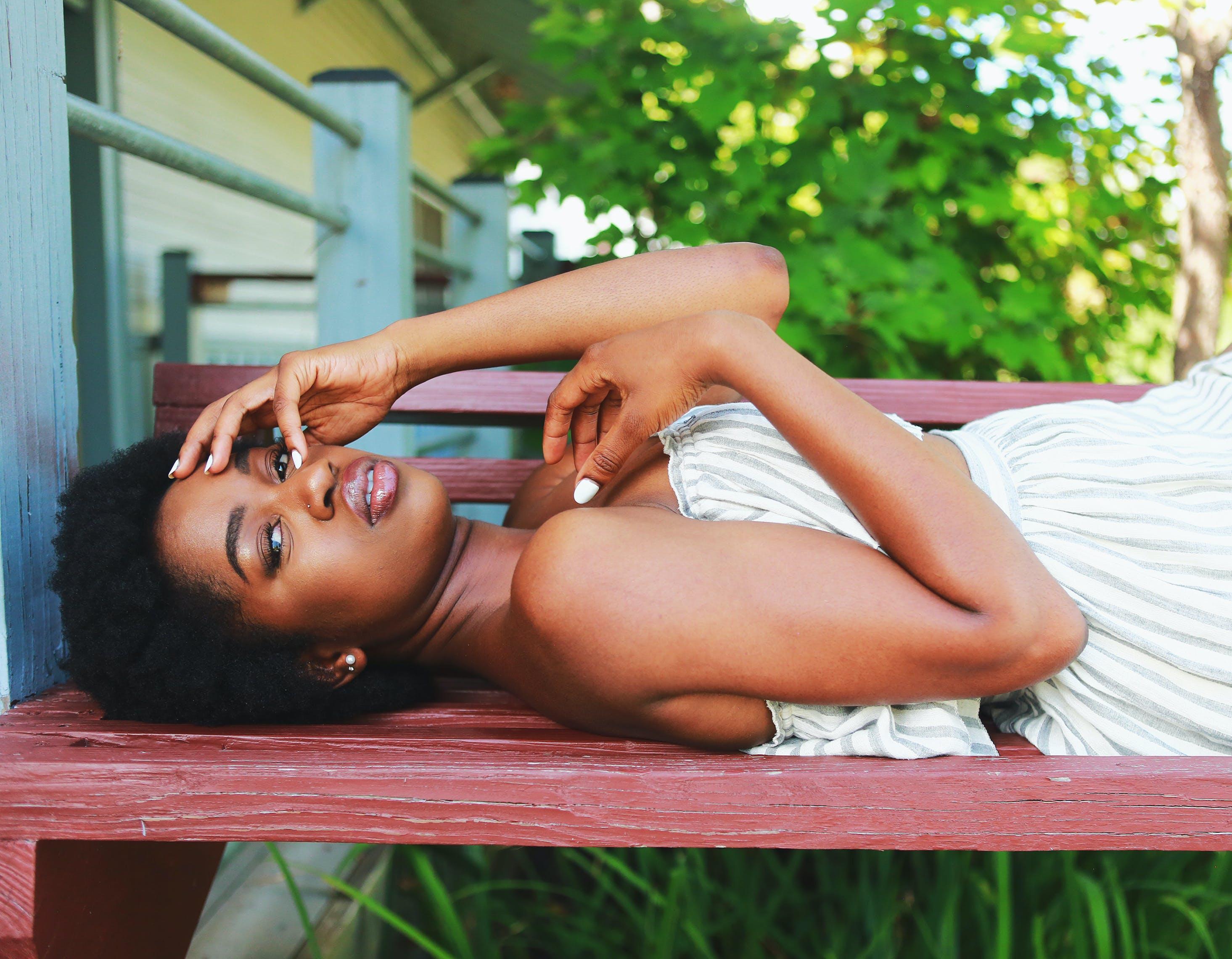 Gratis lagerfoto af afro, ansigtsudtryk, attraktiv, bænk