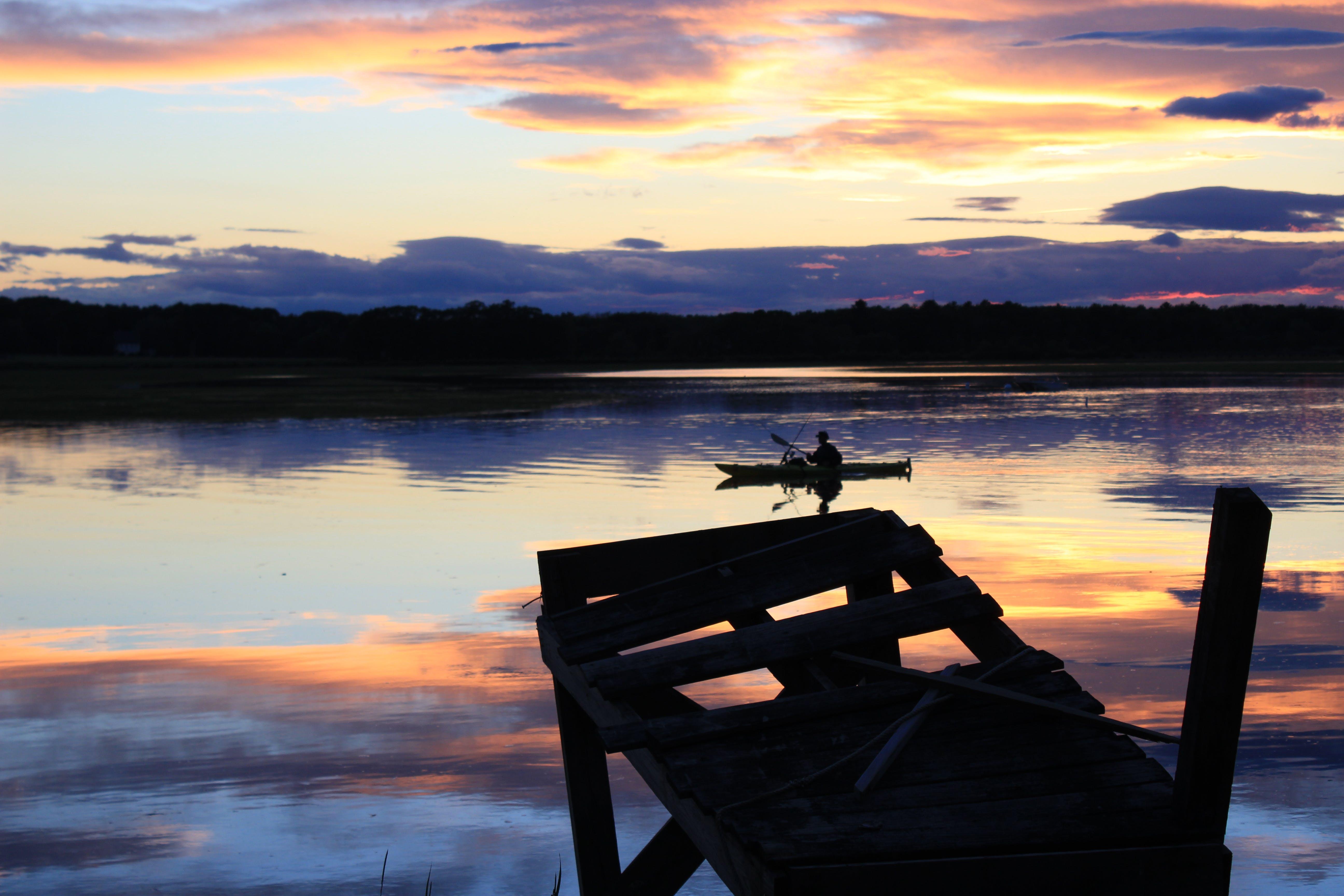 Foto d'estoc gratuïta de aigua, amb silueta, canoa, capvespre