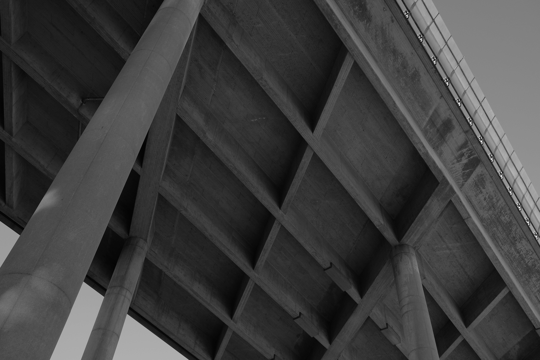 Kostenloses Stock Foto zu beton, brücke, säule, schwarz und weiß