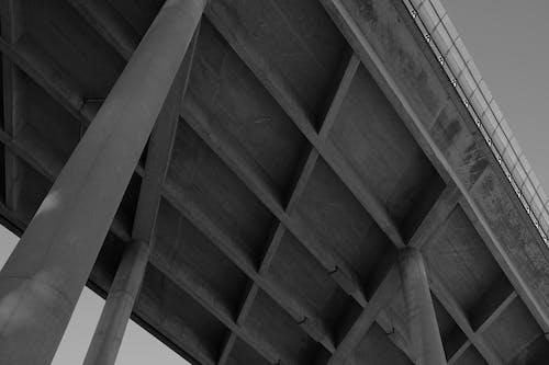 beton, köprü, siyah ve beyaz, sütun içeren Ücretsiz stok fotoğraf