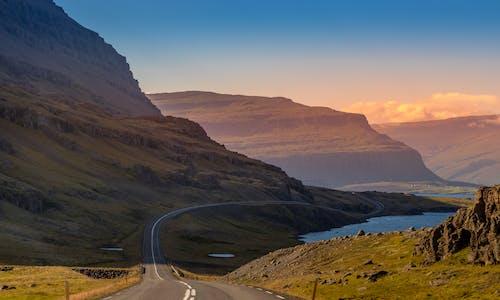 Gratis lagerfoto af bjerge, dagslys, farver, græs