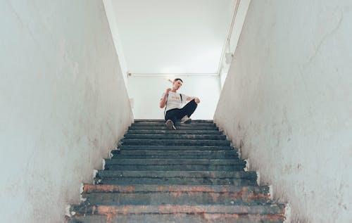 Бесплатное стоковое фото с лестница, мужчина, перспектива, снимок снизу