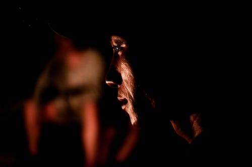 Gratis stockfoto met aziatische kerel, blurry achtergrond, close-up, donker