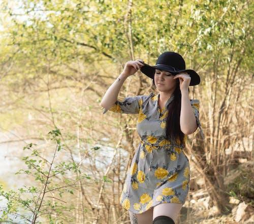 Gratis stockfoto met aantrekkelijk, aantrekkelijk mooi, bloemetjesjurk, concentratie