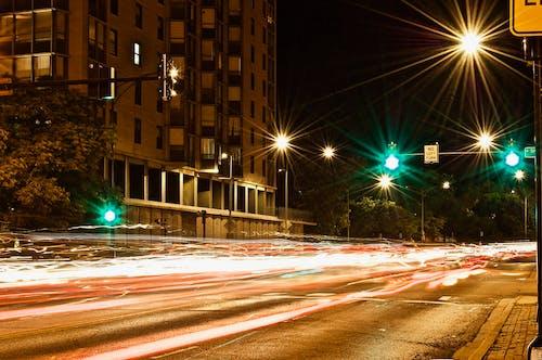 Gratis arkivbilde med by, bygning, gate, gatelamper