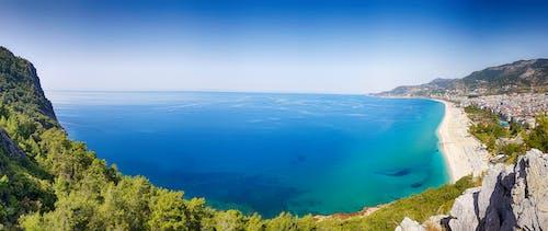Безкоштовне стокове фото на тему «берег моря, вода, гори, горизонт»