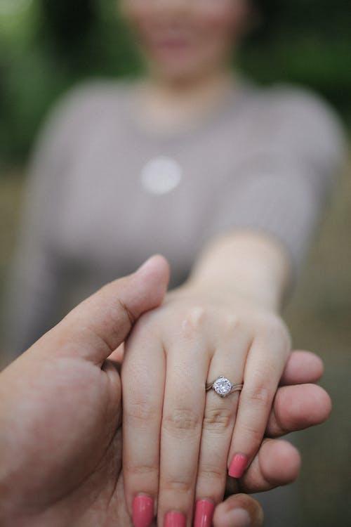 Foto stok gratis bergandengan tangan, cincin, diamon, karat