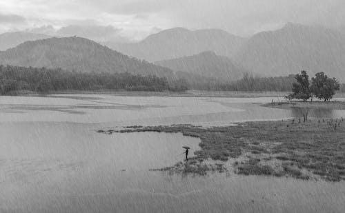 Foto d'estoc gratuïta de balança, blanc i negre, fotografia de pluja, muntanyes