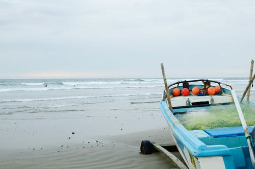 Darmowe zdjęcie z galerii z fale łodzi na plaży ekwador