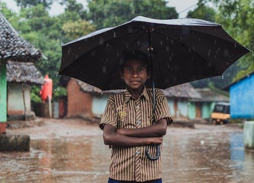Kostnadsfri bild av by, Framställ, paraply, pojke