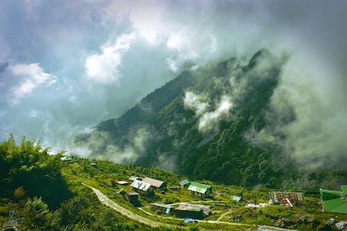 Darmowe zdjęcie z galerii z chmury, domy, drzewa, góra