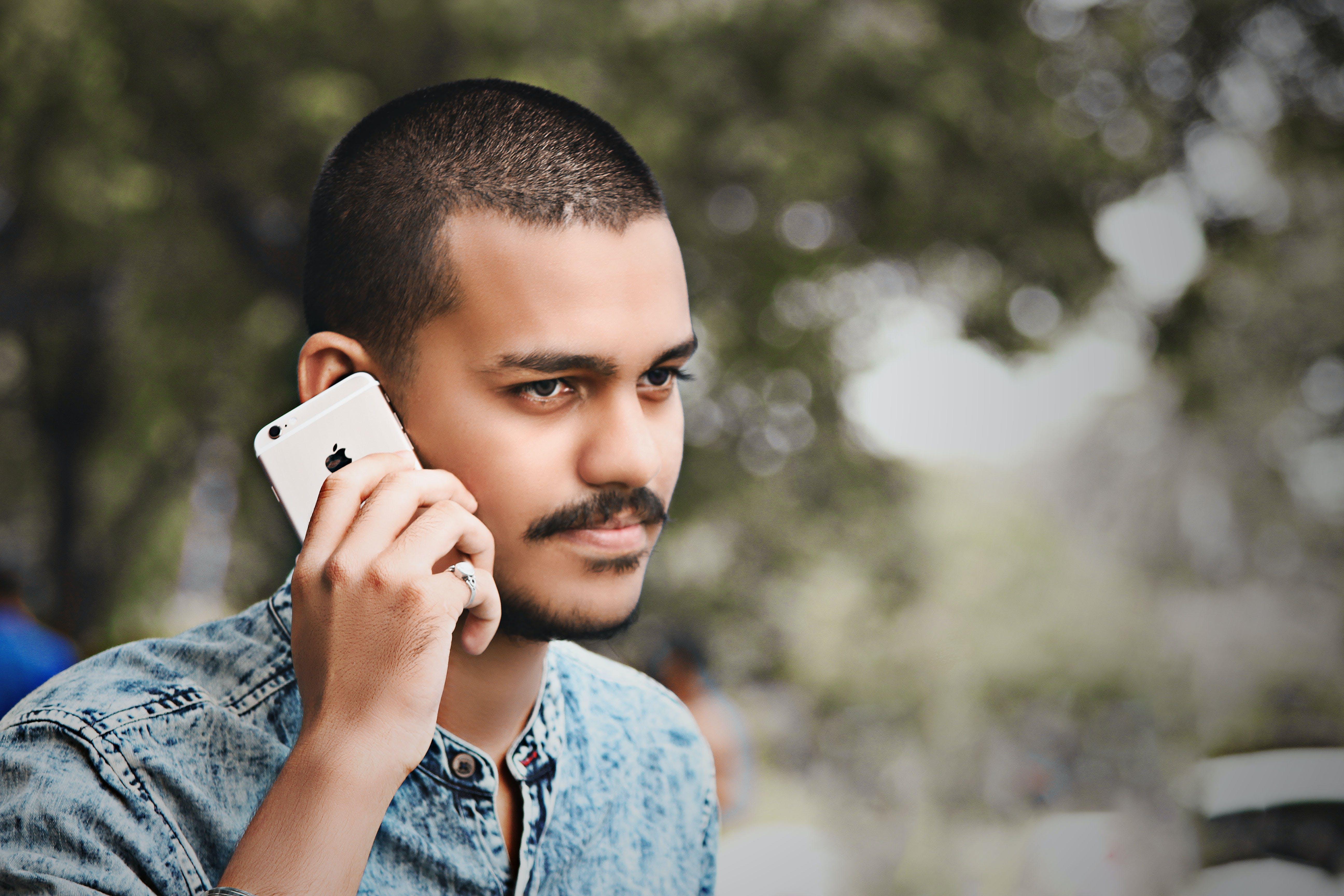 Základová fotografie zdarma na téma iphone, knír, muž, na výšku