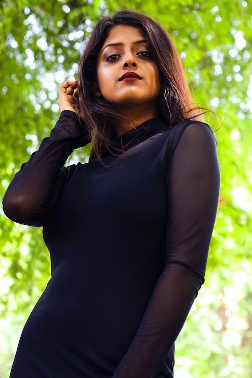 Základová fotografie zdarma na téma atraktivní, brunetka, černé šaty, držení těla