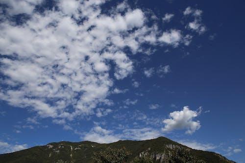 Δωρεάν στοκ φωτογραφιών με βουνό, γαλάζιος ουρανός, καθαρός ουρανός, λευκός