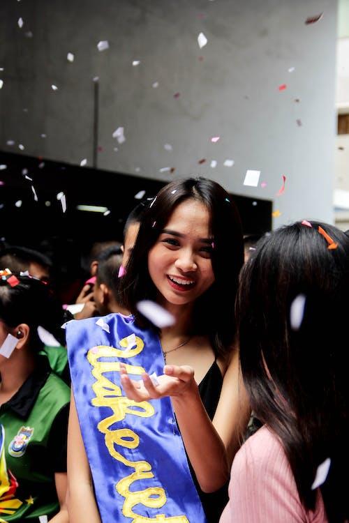 Foto d'estoc gratuïta de adolescent, celebració, confeti, desgast