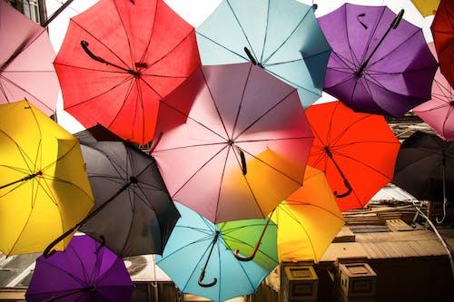 Ilmainen kuvapankkikuva tunnisteilla abstrakti, aurinkovarjo, katu, kaunis