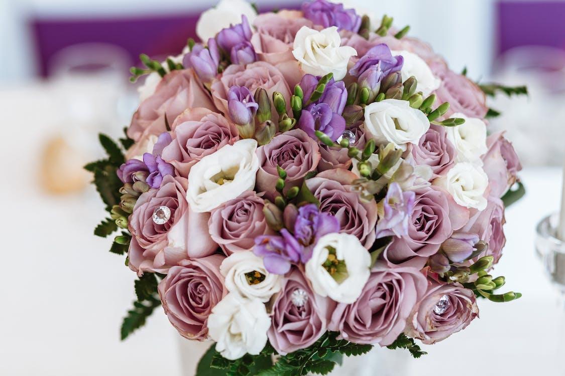 Foto Close Up Buket Mawar Imitasi Merah Muda Dan Putih
