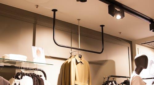 Безкоштовне стокове фото на тему «вішалка для одягу, одяг, стійки для одягу»