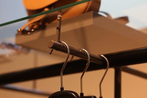 Darmowe zdjęcie z galerii z metal, szklanka, wieszak na ubrania
