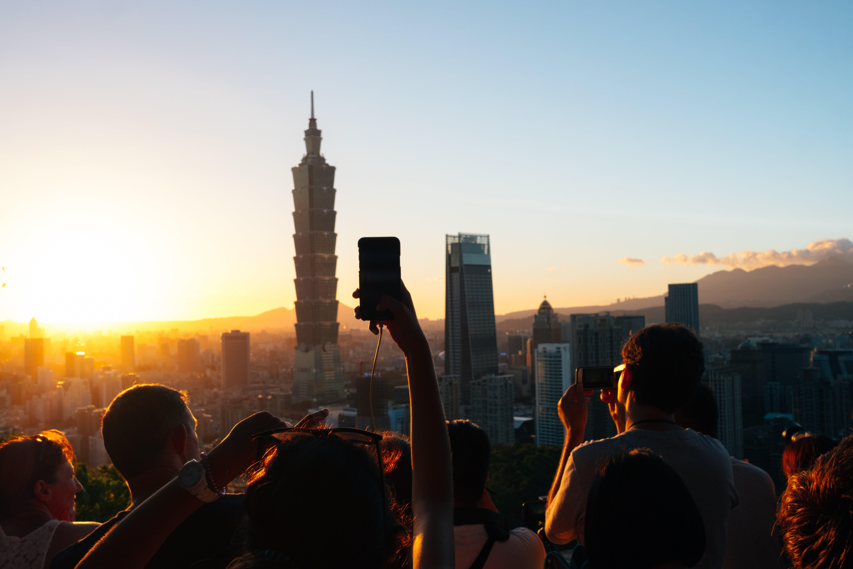 akıllı telefon, akşam, binalar, gökyüzü içeren Ücretsiz stok fotoğraf