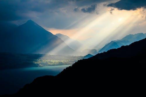 คลังภาพถ่ายฟรี ของ ซันเรย์, ตะวันยามเย็น, ตะวันสีทอง, ภูเขาสีน้ำเงิน
