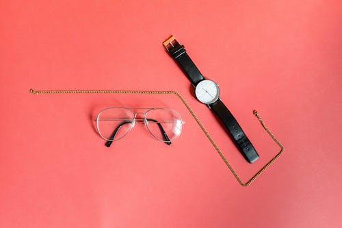 Fotobanka sbezplatnými fotkami na tému detailný záber, dioptrické okuliare, hodinky, náhrdelník