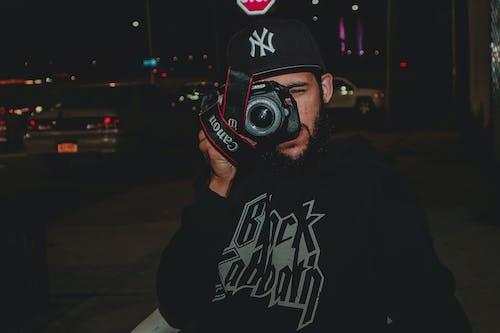 Fotobanka sbezplatnými fotkami na tému bejzbalová čiapka, človek, digitálny fotoaparát, dospelý