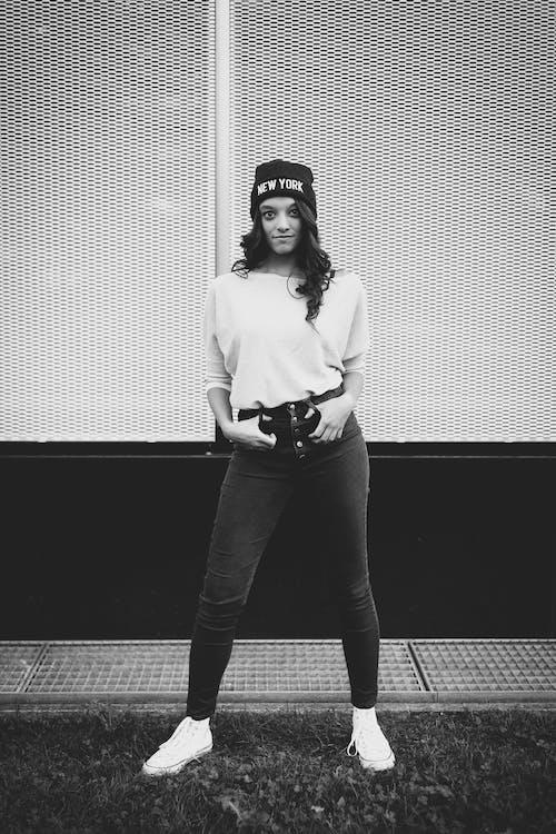 Fotobanka sbezplatnými fotkami na tému čiapka, človek, dospelý, džínsy