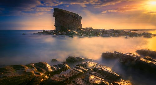 Immagine gratuita di acqua, alba, cielo, formazione rocciosa