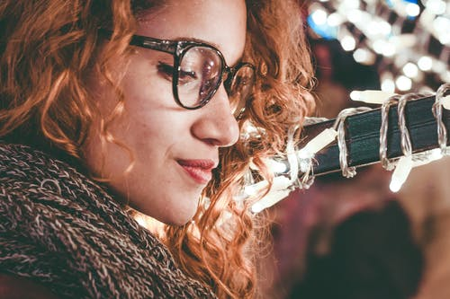 一個戴眼鏡的女人的特寫照片