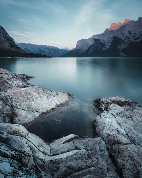 Безкоштовне стокове фото на тему «берег озера, величний, вода, гора»