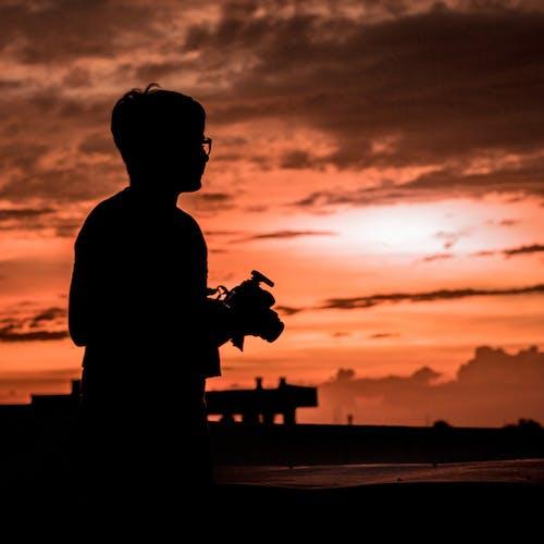 Foto d'estoc gratuïta de càmera, caminant, cel, droga