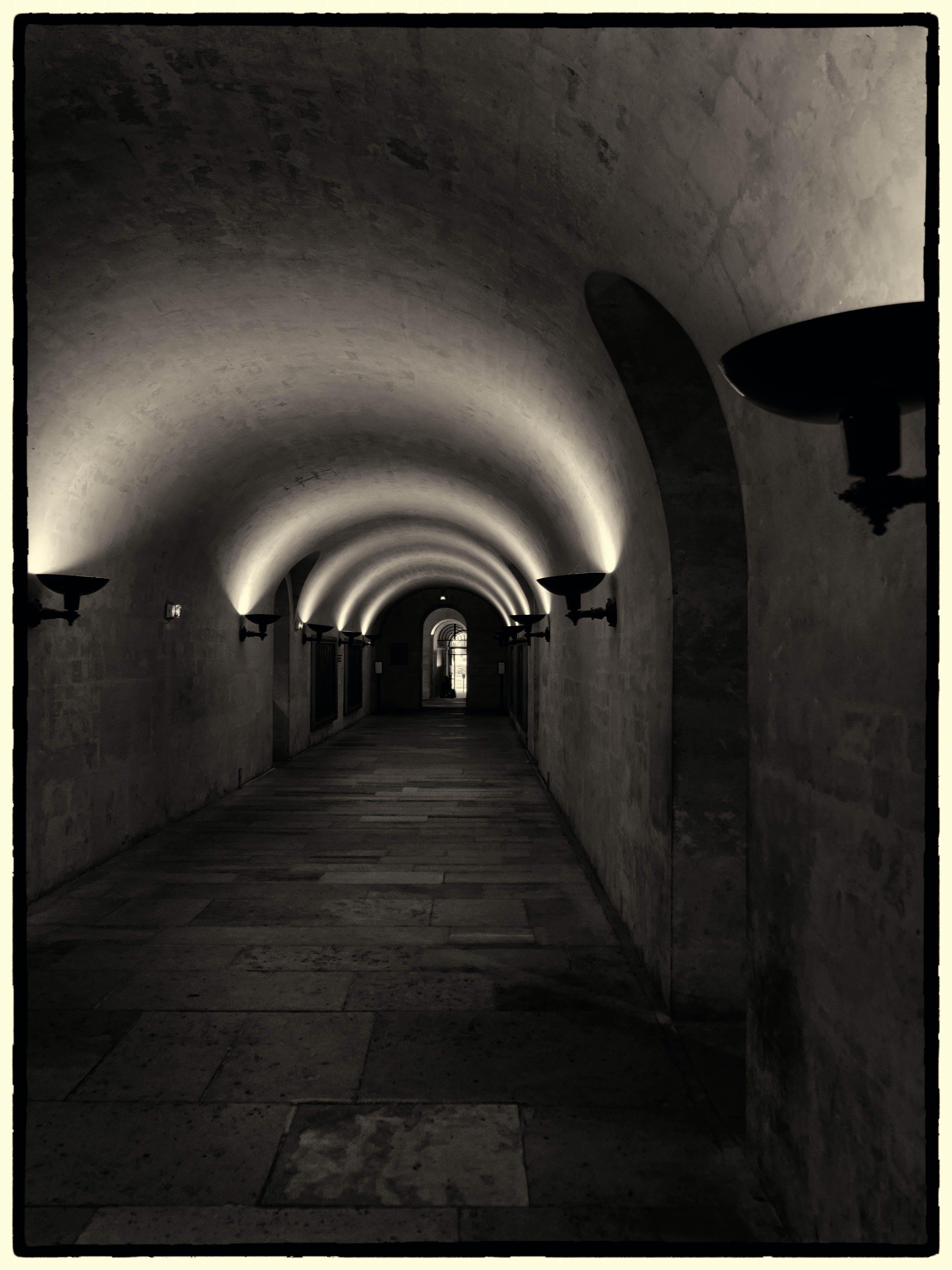 Gratis stockfoto met architectuur, boog, donker, doorgang